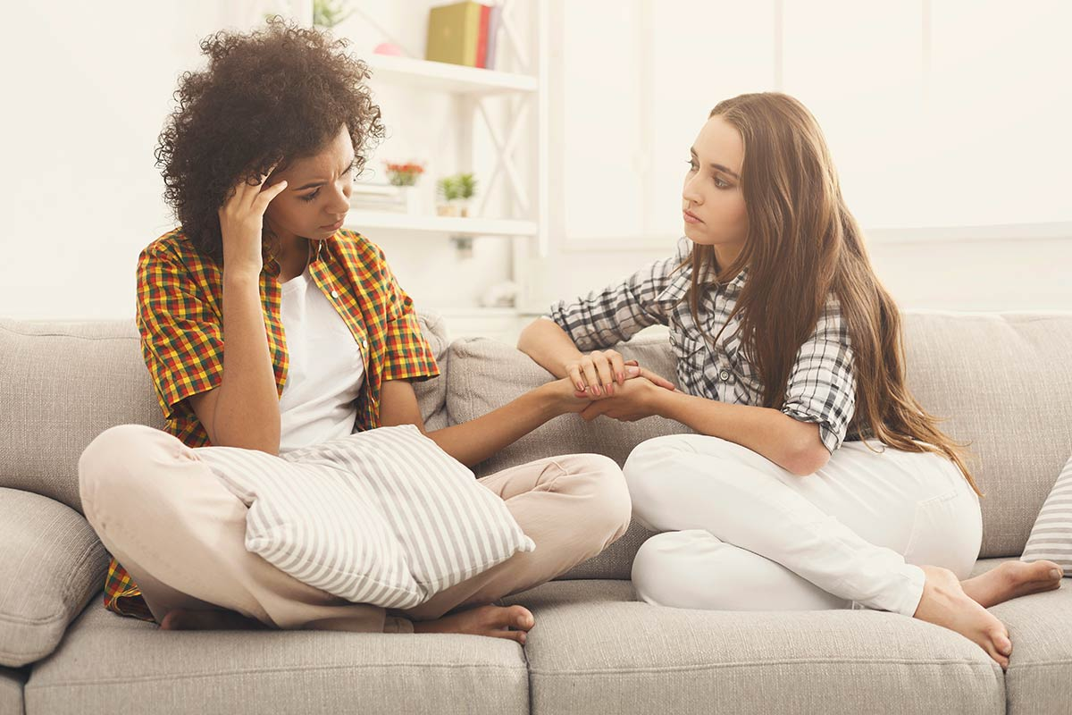 lighthousetreatment-8-tips-for-dealing-with-grief-and-loss-in-recovery-article-photo-two-women-talking-about-problems-at-home